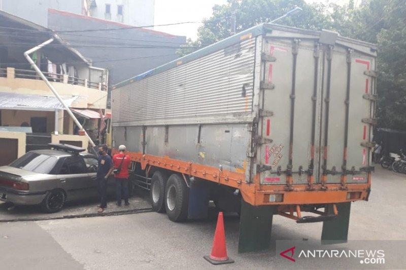 Ditabrak truk, pemilik rumah alami kerugian Rp80 juta