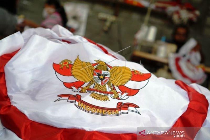 Produksi Pernak-Pernik Merah Putih Jelang HUT Kemerdekaan RI