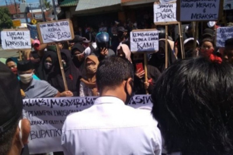 Warga Mamuju protes pencopotan Kepala Lingkungan Kasiwa Tengah