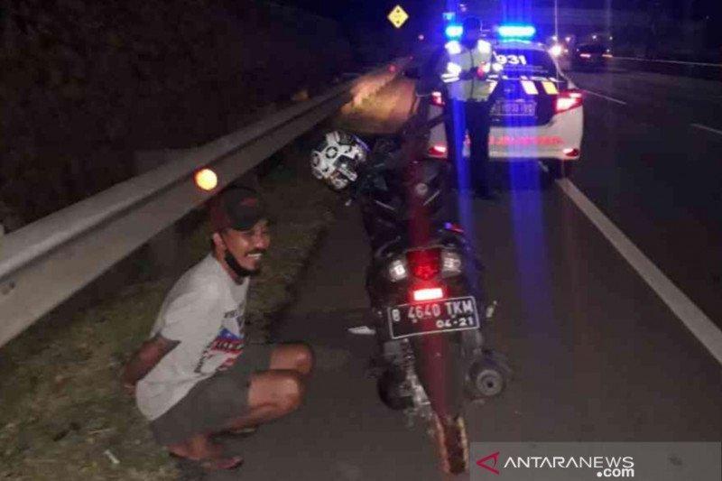 Pemotor nekat masuk jalan Tol JORR Bekasi diduga mabuk