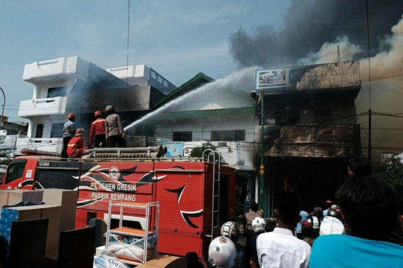 Semen Gresik bantu padamkan kebakaran toko mebel di Rembang
