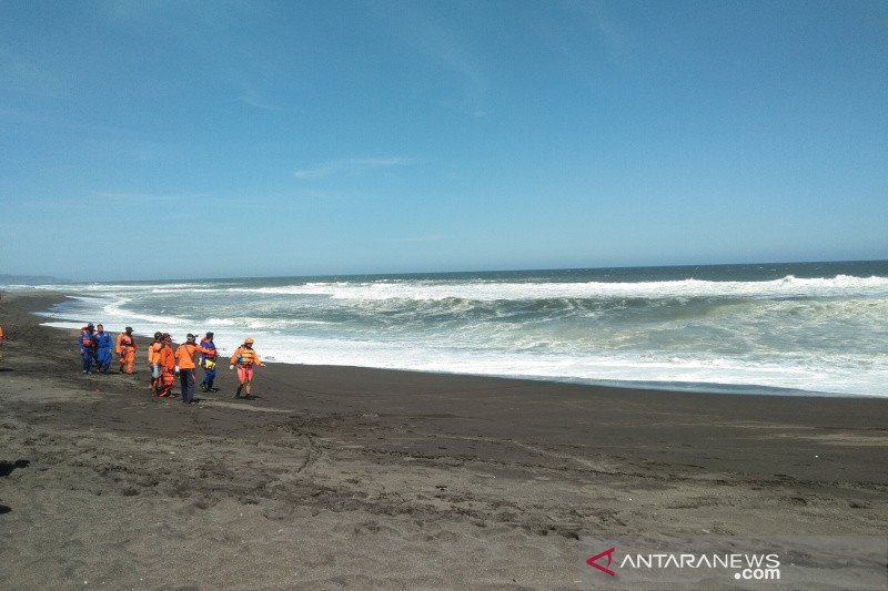 Tujuh pelancong Pantai Bantul terseret ombak, dua tewas dan lima orang hilang