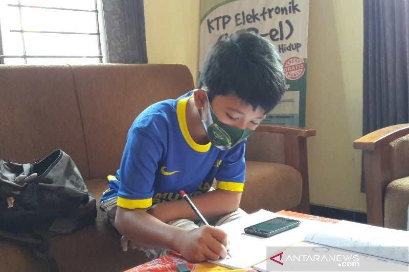 Di Temanggung, kesulitan sinyal internet siswa belajar di balai desa