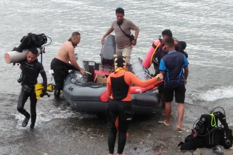 Puluhan penyelam cari warga AS hilang di perairan Ambon