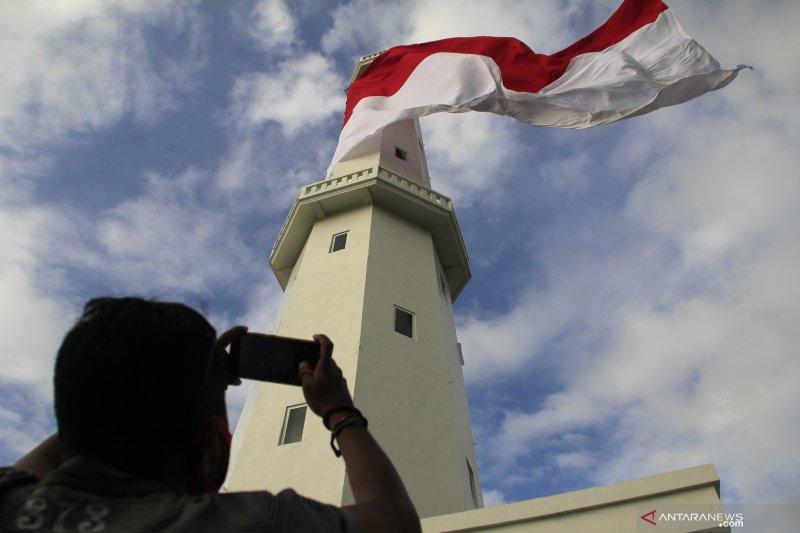 Kantor distrik  navigasi Kupang kibarkan bendera merah putih raksasa