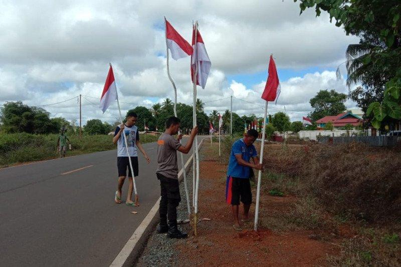 Polisi dan warga Sota pasang bendera Merah Putih di perbatasan RI-PNG