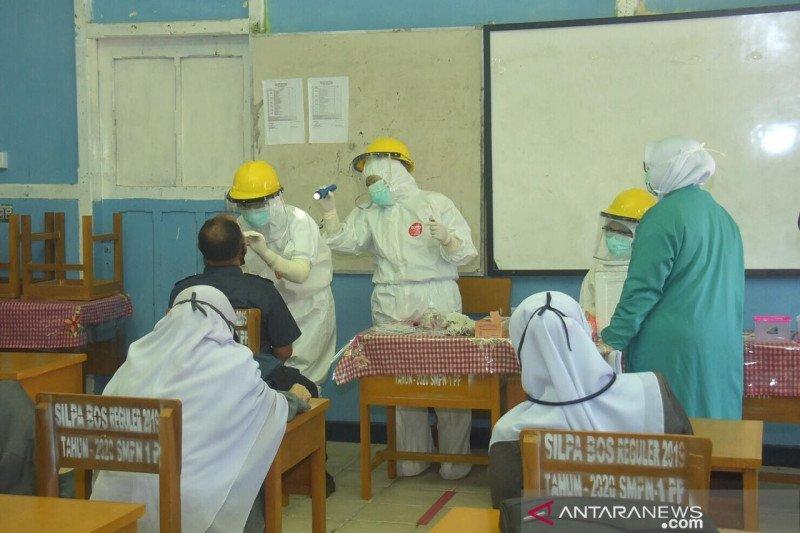 Para guru SMP di Padang Panjang ikut tes usap sebelum sekolah tatap muka dimulai