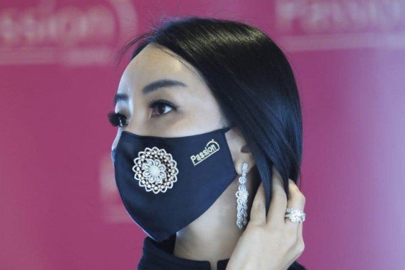 Tampil mewah dengan masker bertahta  berlian