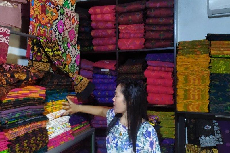Kain endek di Bali tetap digemari anak muda