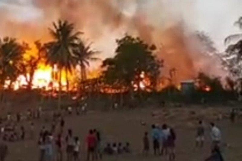 Puluhan rumah di kampung adat Deke  Sumba Barat terbakar