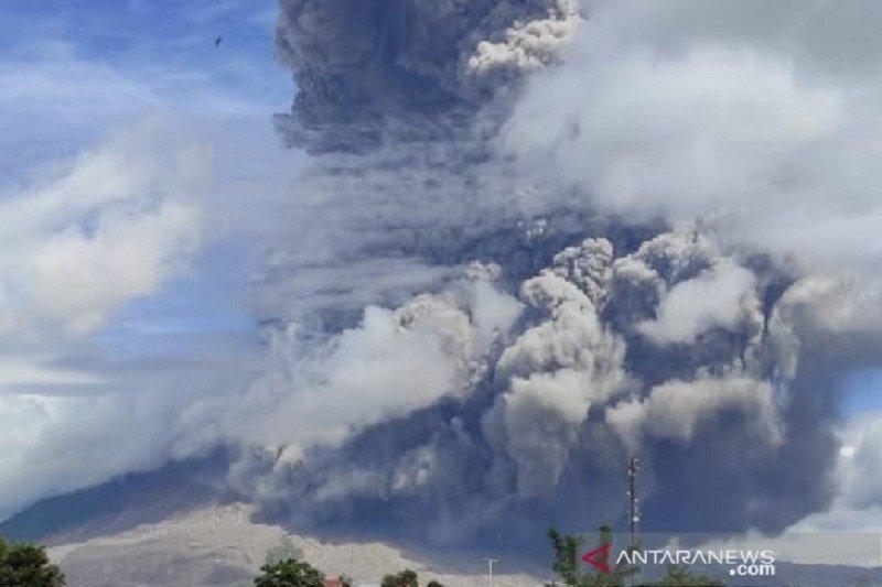 Abu vulkanik Sinabung sampai ke Tebing Tinggi