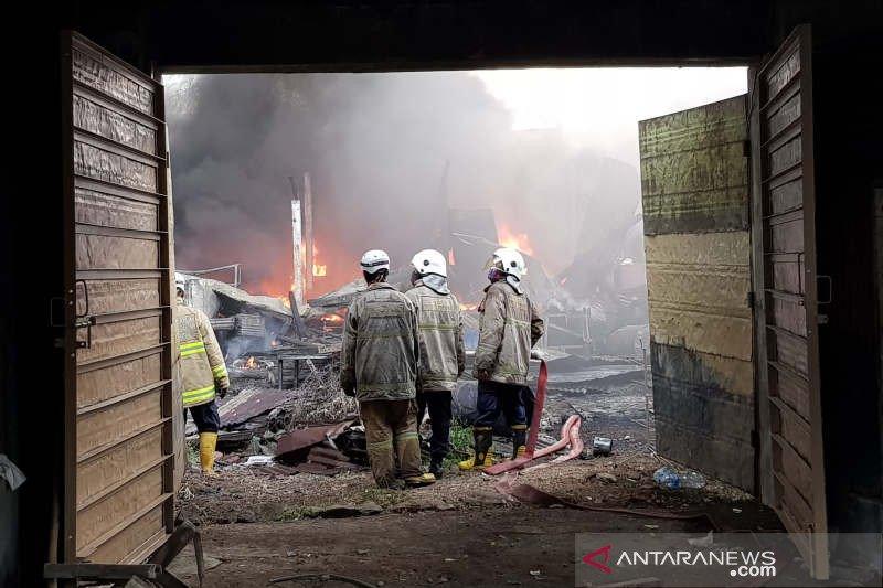 Gudang pengoplos cat di Kota Semarang terbakar