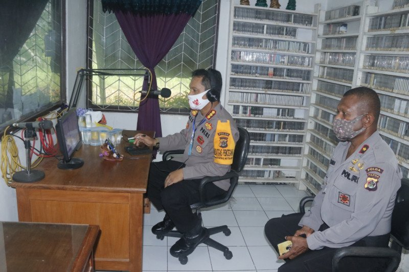 Polisi sosialisasikan detik-detik proklamasi kepada warga lewat radio