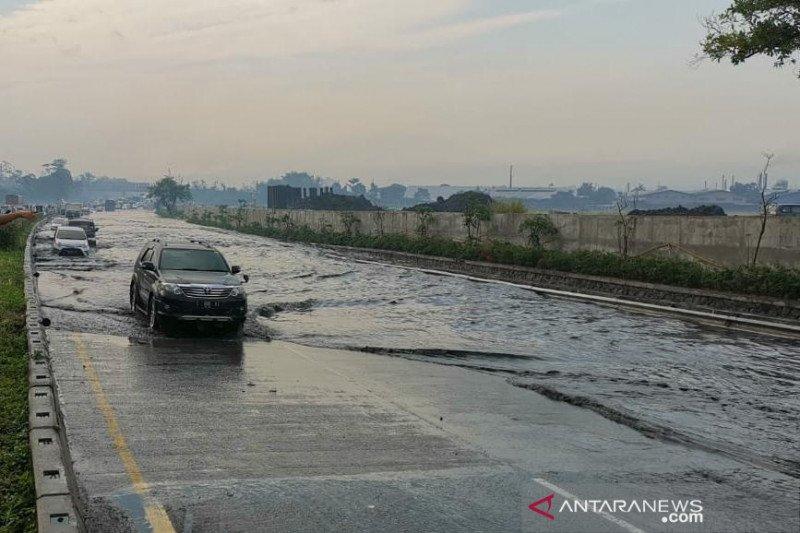 Tol Padaleunyi km 130 banjir, Jasa Marga alihkan arus lalin kendaraan