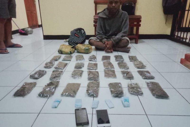 Direktorat Resnarkoba Polda Papua tangkap pemuda pengedar ganja di Sentani