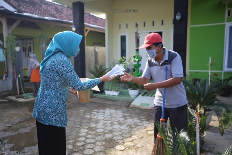 Ketua PKK Lampung bagikan 2.000 masker untuk warga Metro dan Lampung Timur