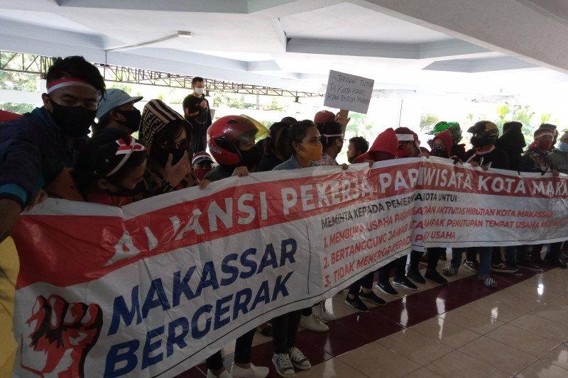 Ratusan warga Makassar unjuk rasa menuntut tempat hiburan malam dibuka kembali