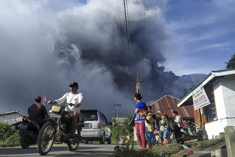 Gunung Sinabung sejak pagi sudah tiga kali erupsi , warga diminta gunakan masker