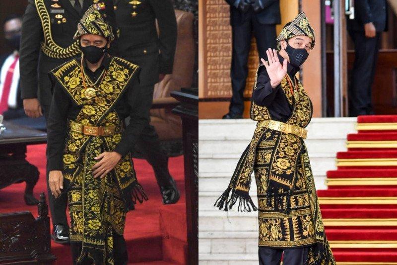 Pakaian adat Sabu & kemeja hitam Presiden Jokowi di mata perancang busana