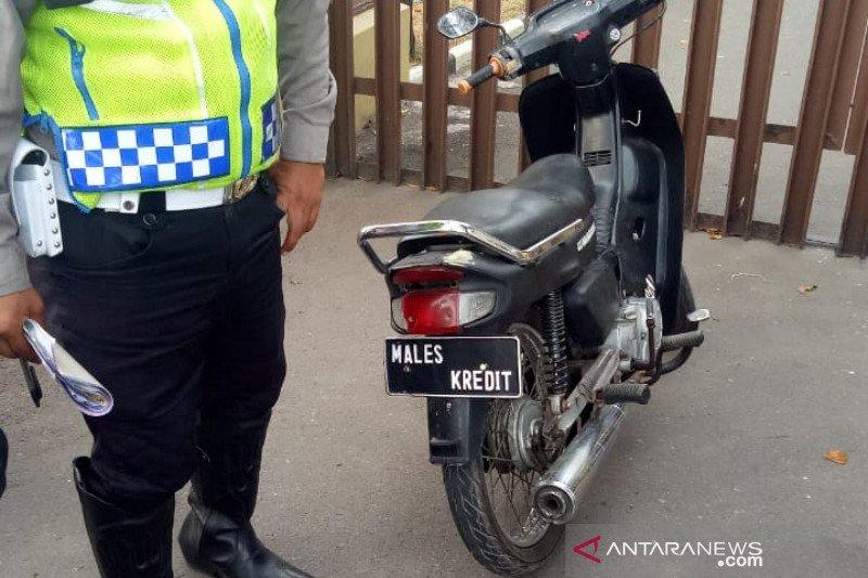 Polisi tilang sepeda motor dengan nomor plat aneh