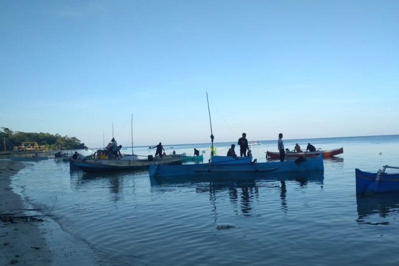 Ratusan nelayan ikut membantu pencarian korban nelayan jatuh ke laut