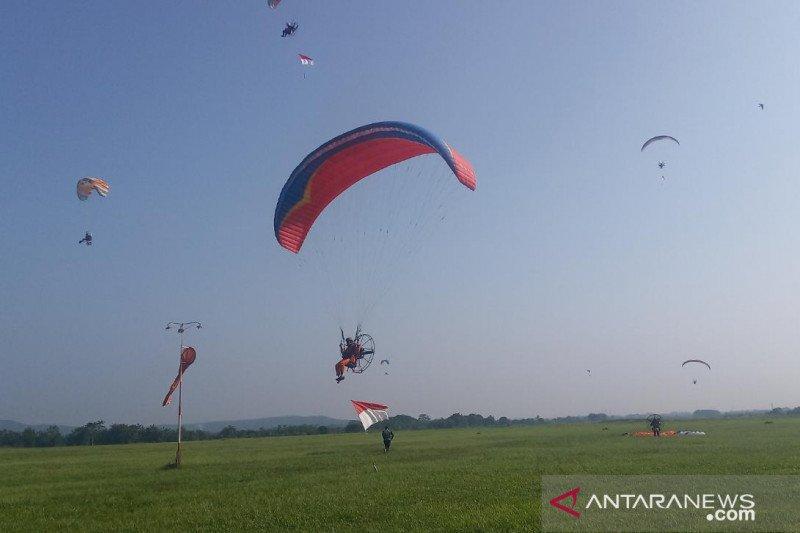 Delapan pilot paramotor kibarkan bendera merah putih di ketinggian 2.020 meter