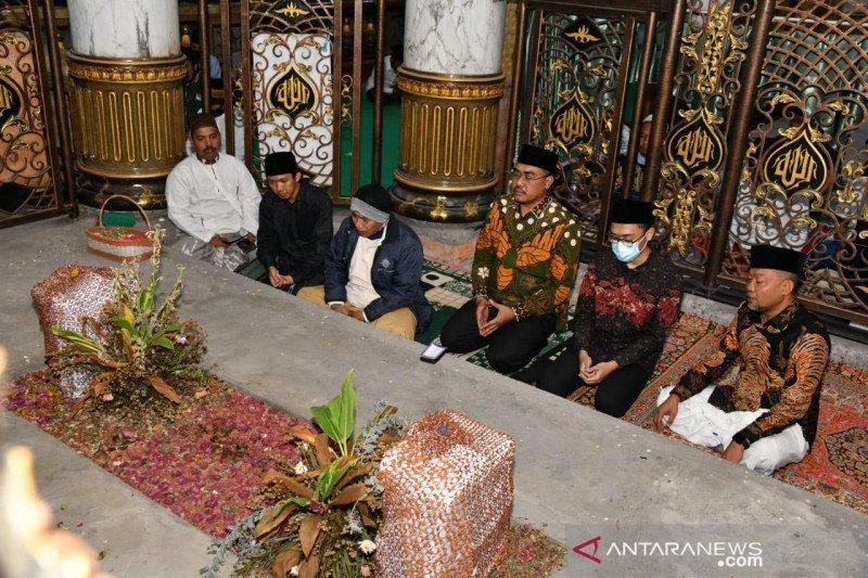 Wakil rakyat ini cari berkah ke makam para wali dan Raja Madura
