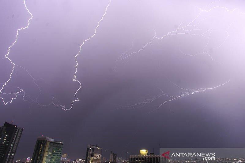 BMKG merilis peringatan dini hujan lebat disertai petir-angin kencang