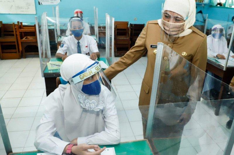 Khofifah pantau penerapan protokol kesehatan saat uji coba KBM di sekolah