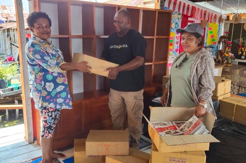 Diskominfo serahkan 6.538 buku untuk rumah baca di Kampung Yoboi