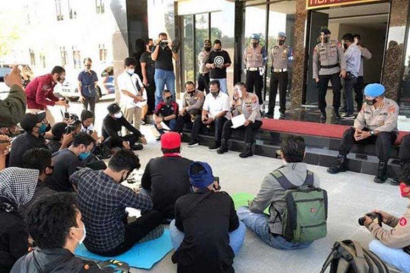 Wartawan Sulbar unjuk rasa desak polisi usut tuntas pembunuhan Demas Leira