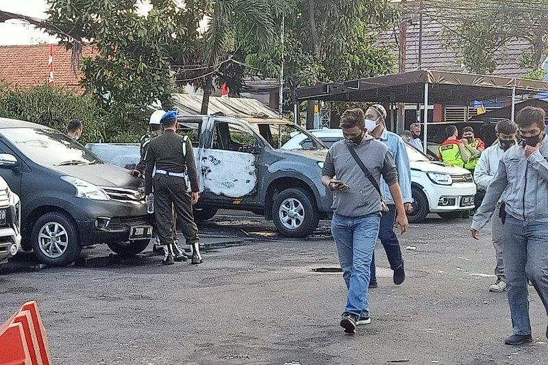 Dua anggota polisi terluka dan mobil Wakapolsek Ciracas dibakar