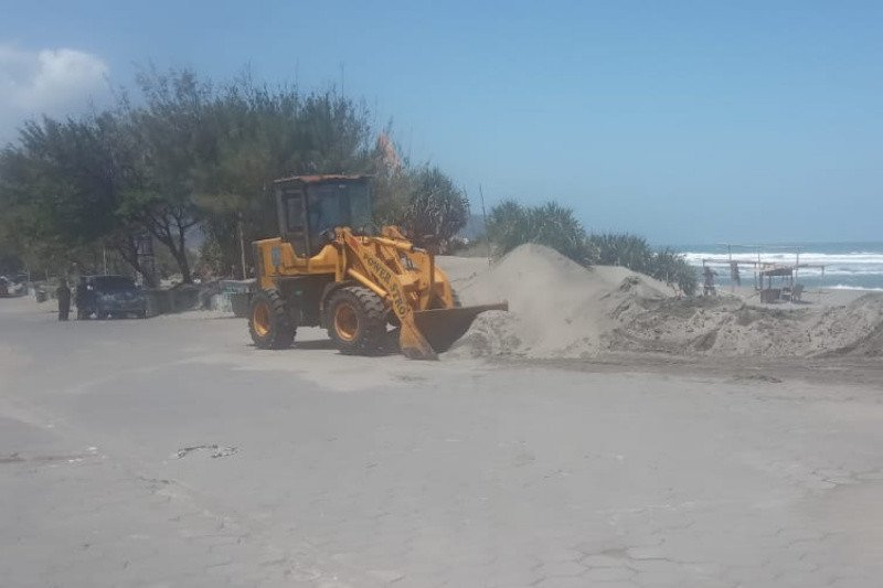 Dispar Bantul terjunkan alat berat bersihkan pasir ganggu akses Parangtritis