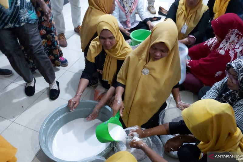 PT Krambil Idjo dampingi ibu rumah tangga mengolah produk kelapa
