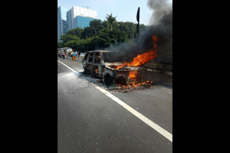 Mobil Mewah Terbakar Di Tol Mt Haryono Antara News Bengkulu