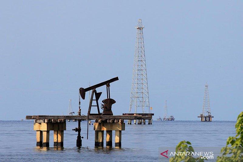Harga minyak naik terangkat kekhawatiran kekurangan bahan bakar di AS