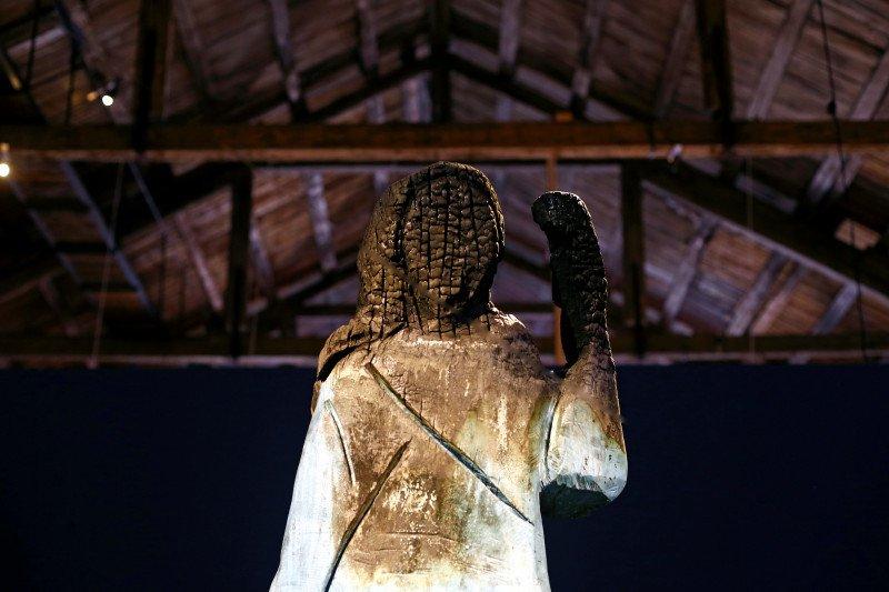 Patung kayu Melania Trump yang hangus dipamerkan di Slovenia