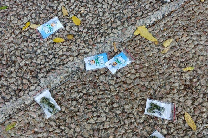 Paket berisi ganja berjatuhan dari langit di Tel Aviv