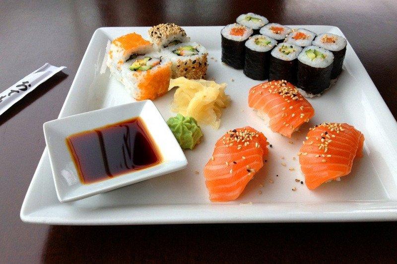 Beli Sushi diantar kurir macho dan berotot