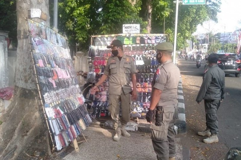 Satpol PP Mataram menertibkan PKL berjualan di trotoar