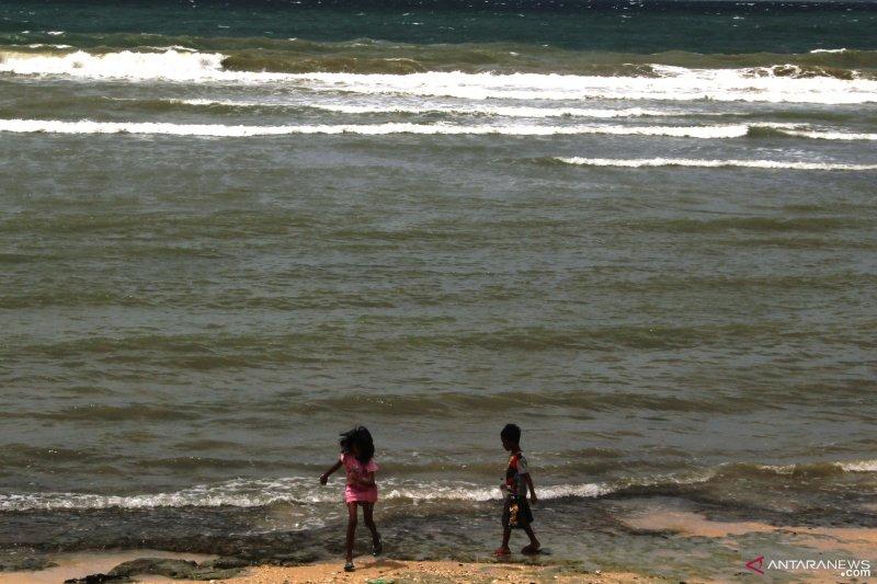 Waspadai gelombang 4-5 meter di Selatan Sumba