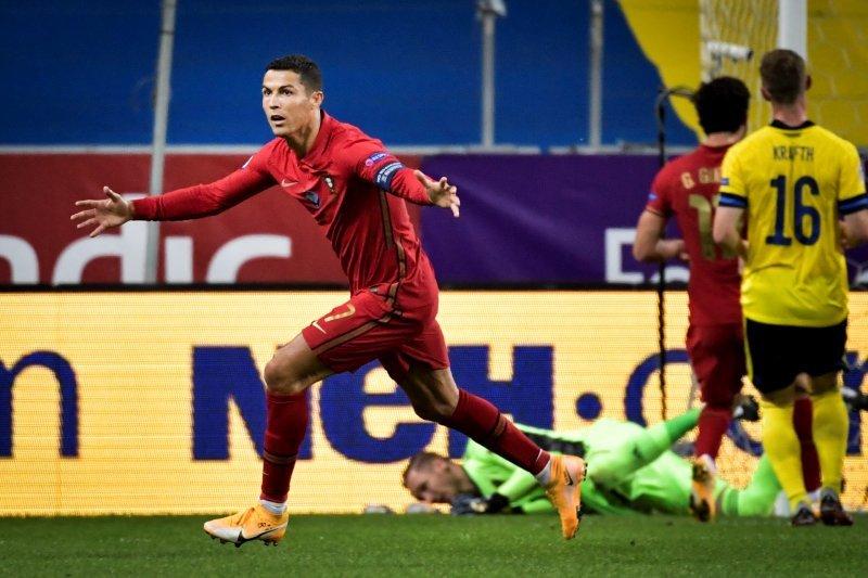 Ronaldo  cetak  gol ke-100 untuk Portugal