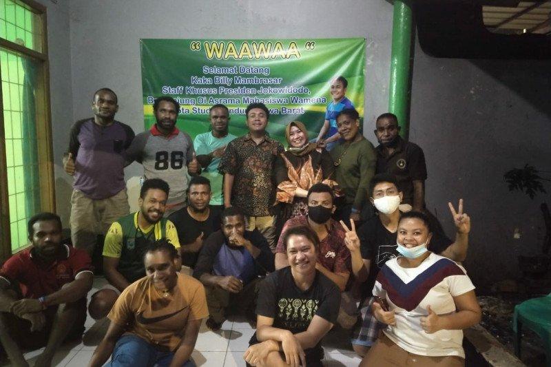 Stafsus Presiden Billy Mambrasar sumbang gaji untuk pasang Wifi di asrama Papua