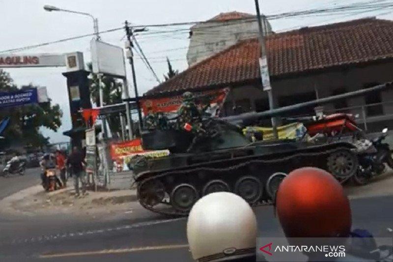 Sebuah Tank  milik TNI tabrak gerobak dan empat sepeda motor di Bandung Barat