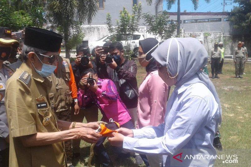 Sosialisasikan Perwali, Gugus Tugas COVID-19 Baubau bagikan ribuan masker