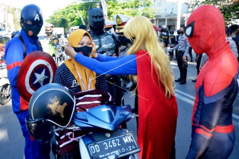 Super Hero Bagikan Masker