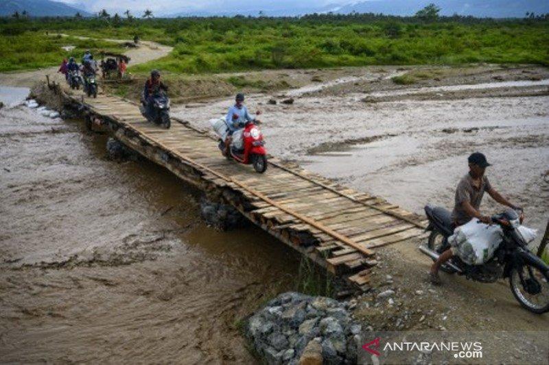 Luapan air sungai genangi jalan di Sigi