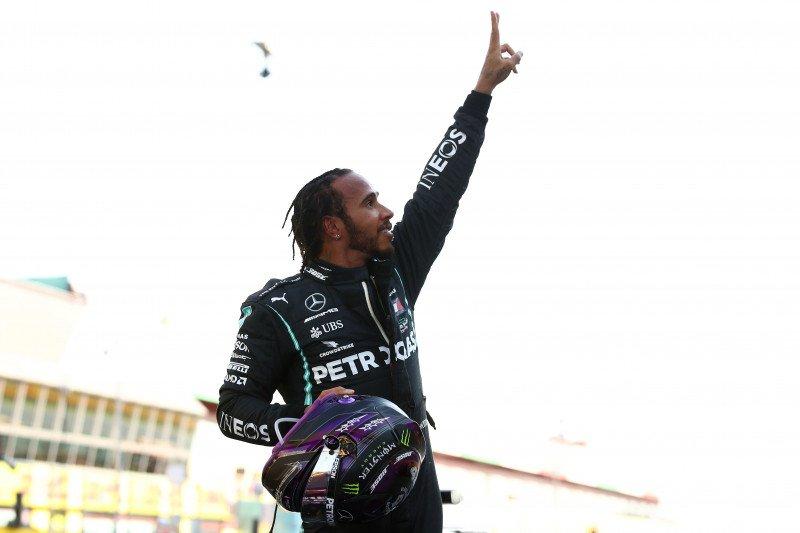 Lewis Hamilton juarai GP Tuscan yang kacau balau