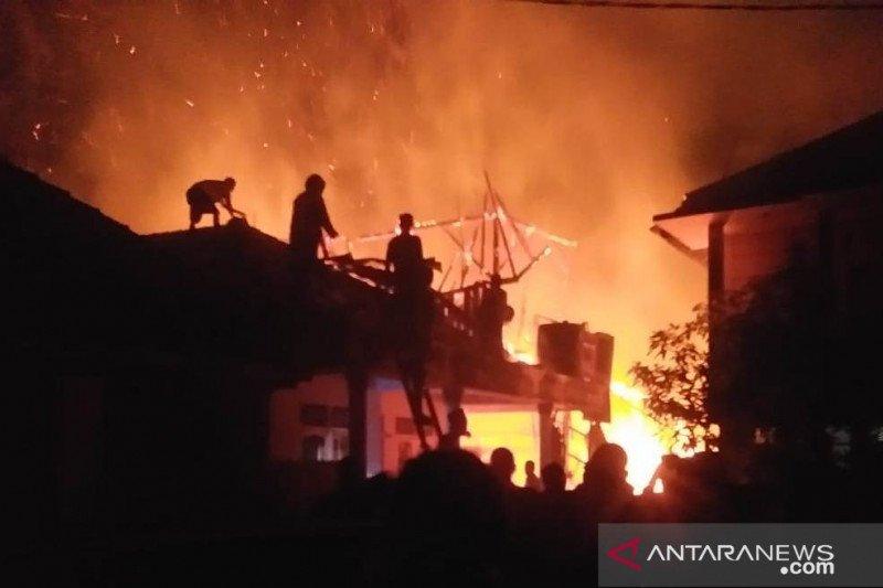 Dua orang meninggal dunia tersengat listrik saat padamkan api