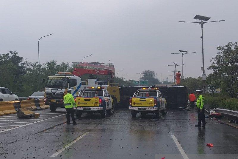 Bus Kemenhan tabrak pembatas, kecelakaan di KM3 Tol Jagorawi tidak terhindarkan